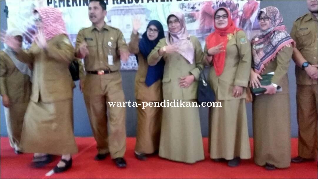 Kadis_P3A_Kab__Bekasi_Bersama_Staff.jpg